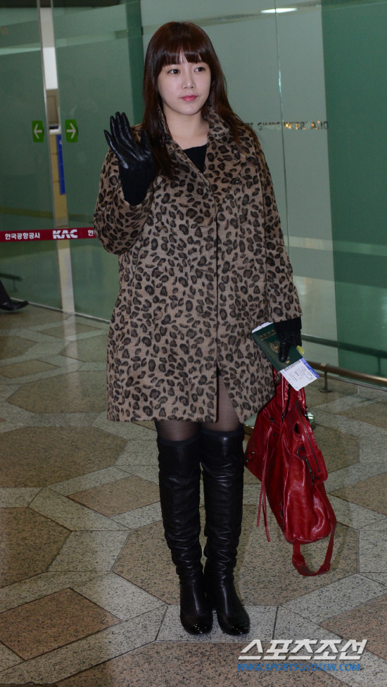 t-ara airport pictures to japan december 24 2012 (27)