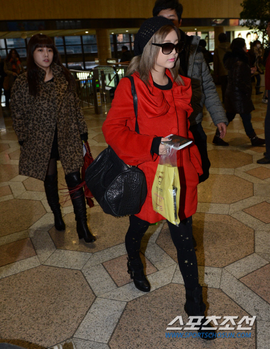 t-ara airport pictures to japan december 24 2012 (36)